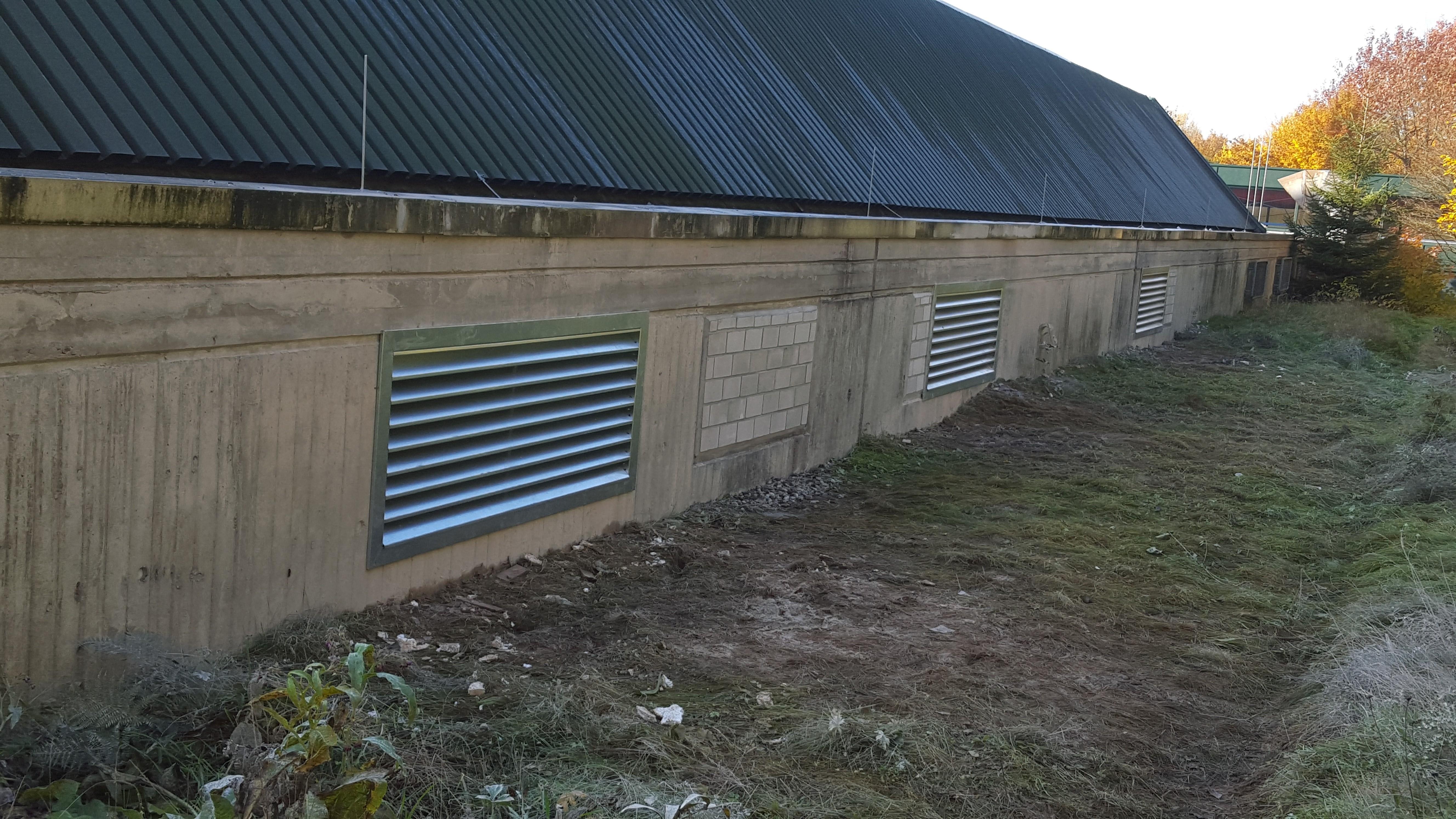 Einbau neuer Wetterschutzgitter (außen) für die Lüftungsanlage