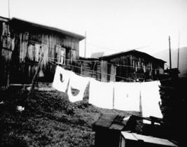 In solchen Unterkünften lebten viele Flüchtlinge und Evakuierte; die Baracken waren in der NS-Zeit für Zwangsarbeiter errichtet worden (Foto 1953).