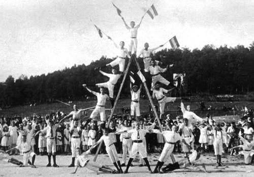 Patriotische Turnvorführung (auf der Hermannsburg, um 1912)