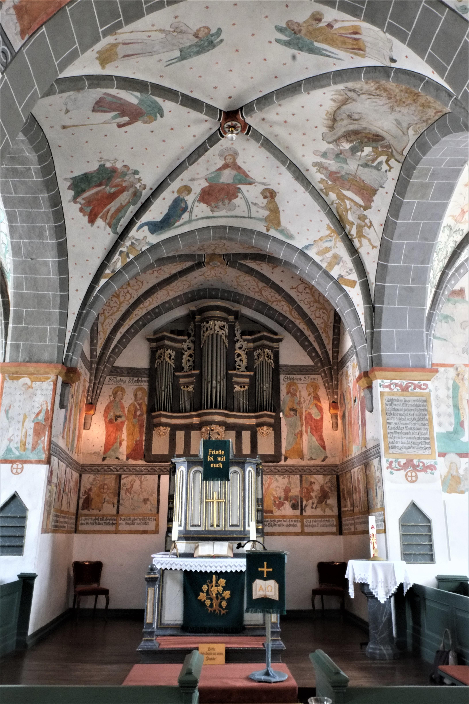 Bunte Kirche Lieberhausen - Altar und Orgel. Gespielt wird die Orgel von der gegenüberliegenden Empore aus.