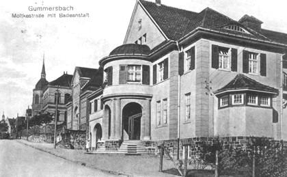 Ein beeindruckendes Ensemble in der Moltkestraße: v.r. Hallenbad, Turnhalle, Oberrealschule (um 1920).