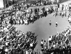 Schuljugend ist auf dem alten Schützenplatz versammelt worden, um am 1.5.1934 die Radiorede Adolf Hitlers anzuhören.