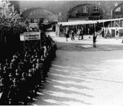 Die erste freie Maifeier der Gewerkschaften nach der Diktatur am 1.5.1946; die Transparentaufschrift fordert mehr Mitbestimmung in den Betrieben.