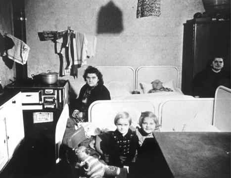 """Selbst im Jahr 1953 lebten noch mehr als 200 Familien in überfüllten """"Wohnungen"""" wie der abgebildeten."""