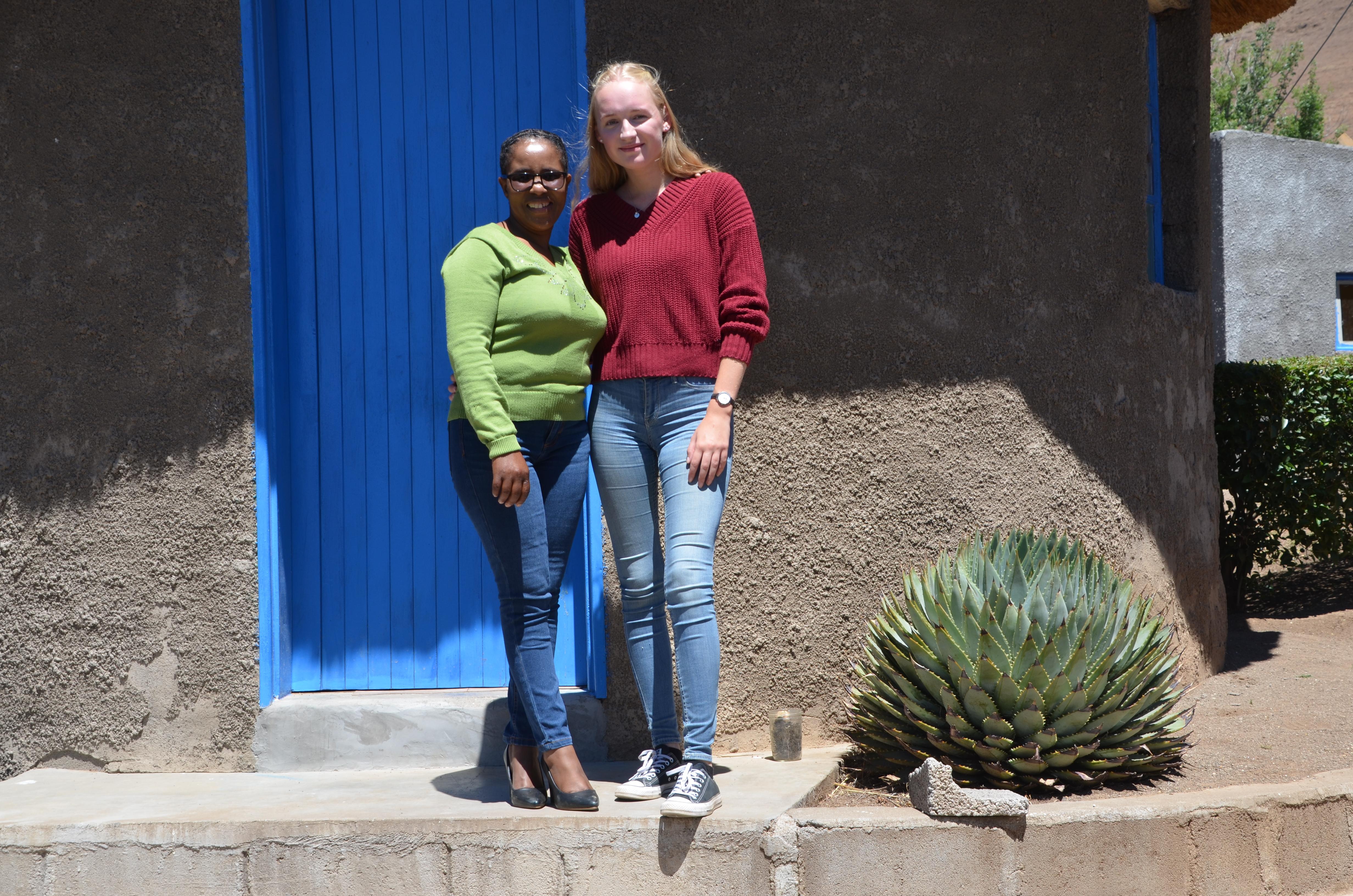 Michelle Franken (rechts) aus Gummersbach arbeitet zurzeit in einem Kindergarten in Lesotho. (Foto: Klaus Bech)