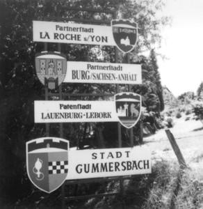 Ein Hinweisschild auf die Städtepartnerschaft: Es ist auch bereits die Stadt Burg (Sachsen-Anhalt) aufgenommen, mit der seit 1990 eine Partnerschaft besteht.